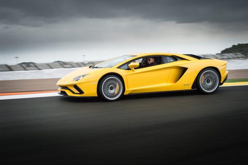 2017-Lamborghini-Aventador-S-side-profile-in-motion-02