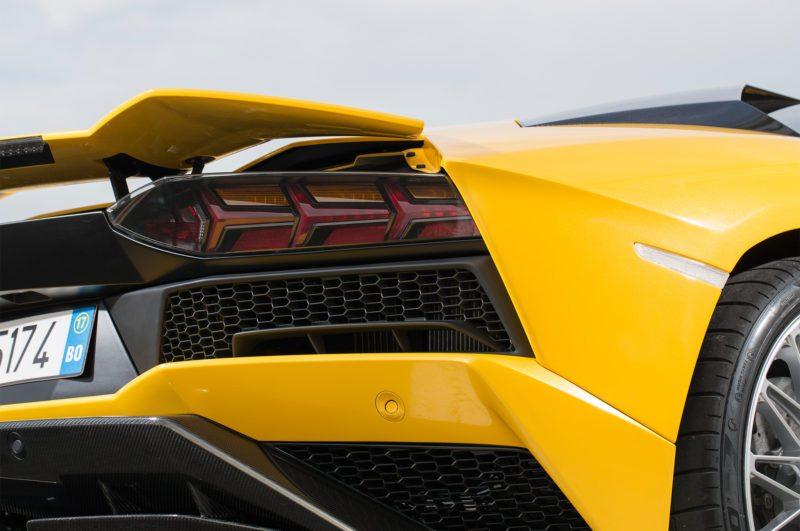 2017-Lamborghini-Aventador-S-tail-light
